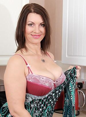 Moms Bra Porn Pictures